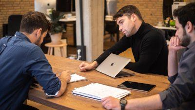De tre stiftere af Novorésumé mødte hinanden på et udvekslingsophold i Danmark. Foto: Novorésumé.
